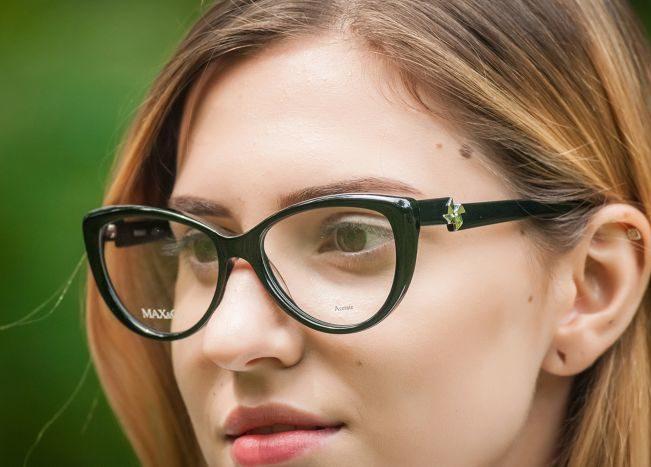 Девушка в корректирующих очках