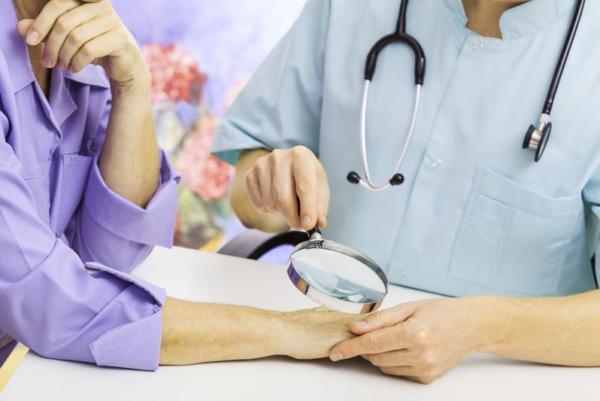 при трещинах и шелушении кожи нужно обратиться к дерматологу
