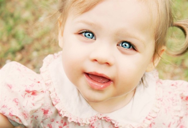 маленькая девочка с открытым ртом