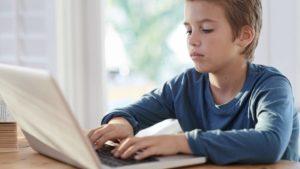 С помощью чего происходит социализация ребенка?