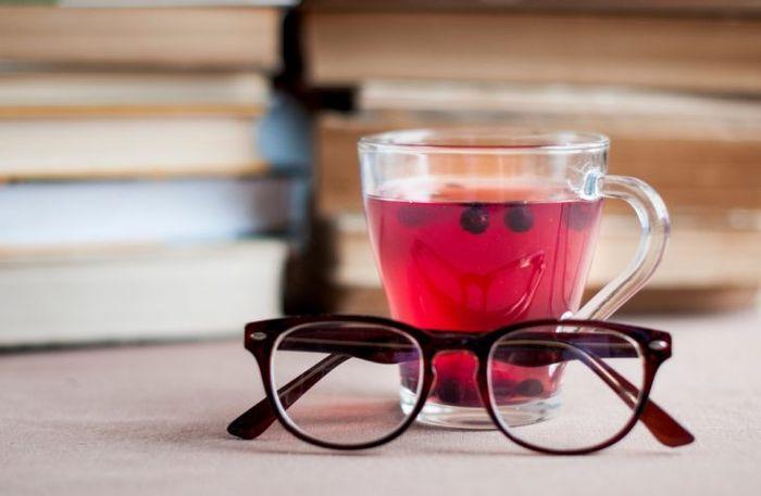 Очки и стакан с соком