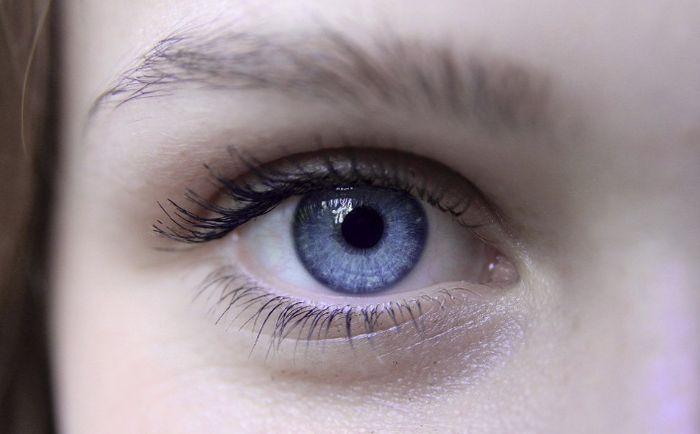голубой глаз девушки