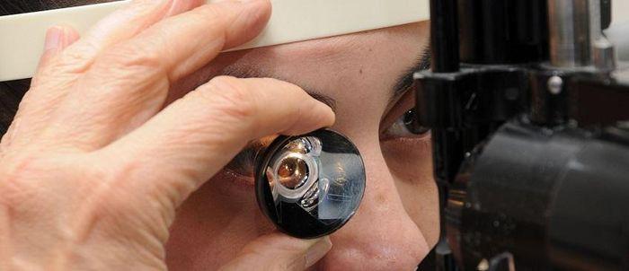 Осмотр глазного дна линзой Гольдмана