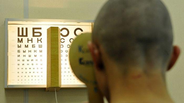 Призывник перед таблицей для проверки зрения