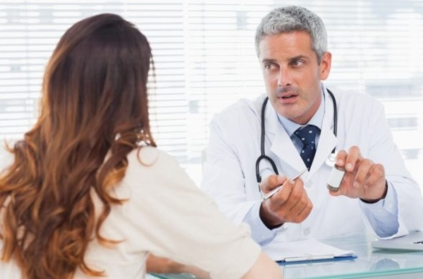 Врач дает прогноз дерматита у взрослого