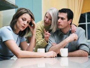Настраивает вашего супруга против вас