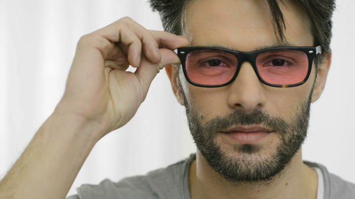 Парень в очках для коррекции дальтонизма
