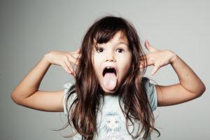 Невоспитанная девочка: главные признаки