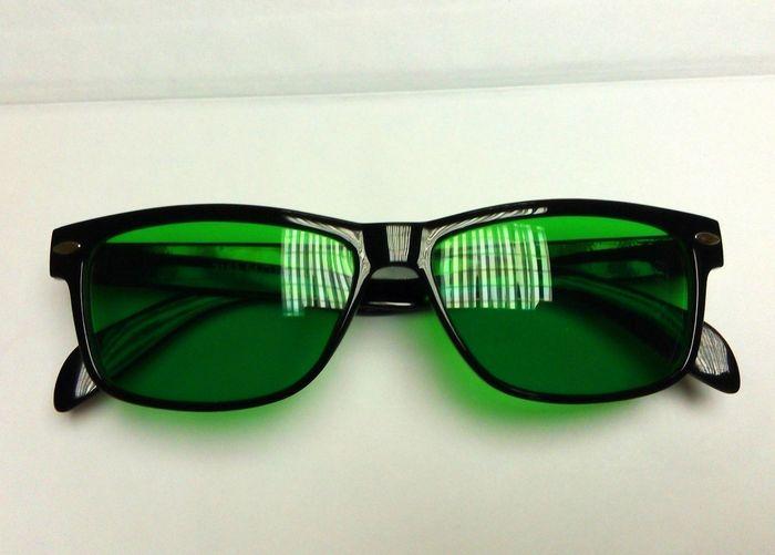 Обычные очки с тёмными стёклами