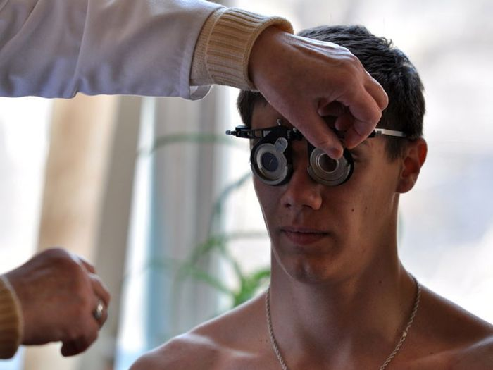 Проверка зрения у призывника