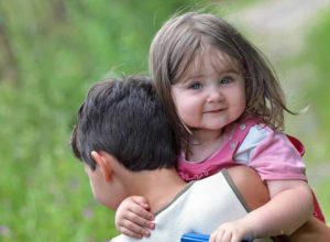 Как быстро успокоить младшего братика или сестренку?