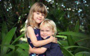 Как можно успокоить младшего братика или сестренку?