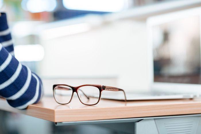 Очки для зрения на столе
