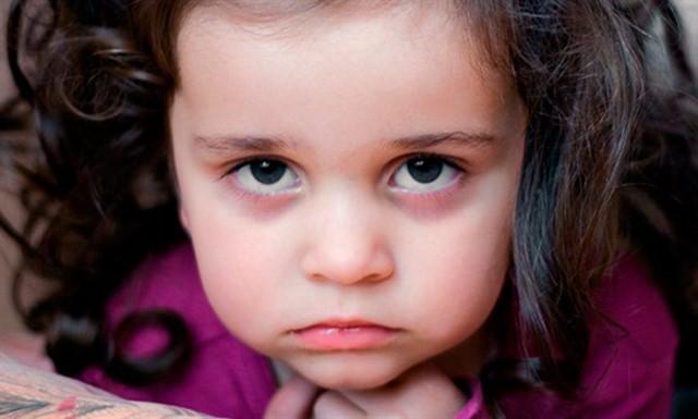 ребенок с темными глазами