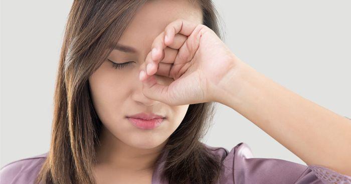Болит глаз у девушки