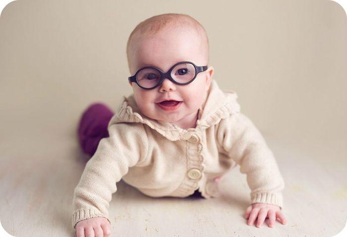 Грудной малыш в очках