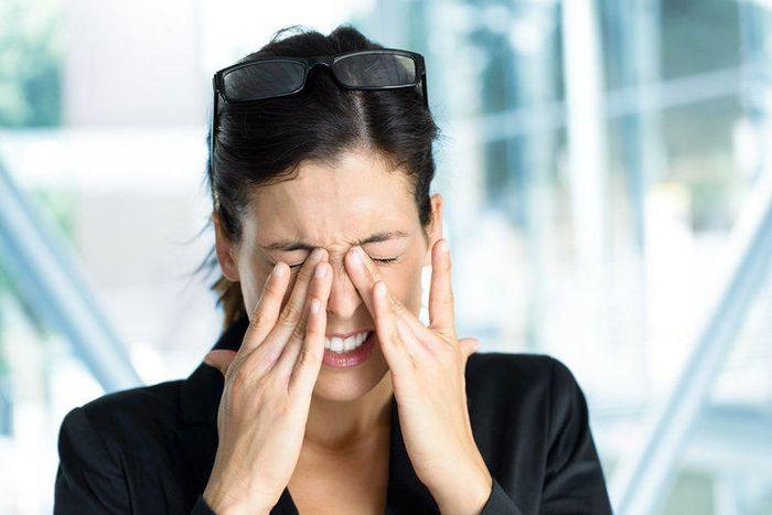 Болят глаза у девушки