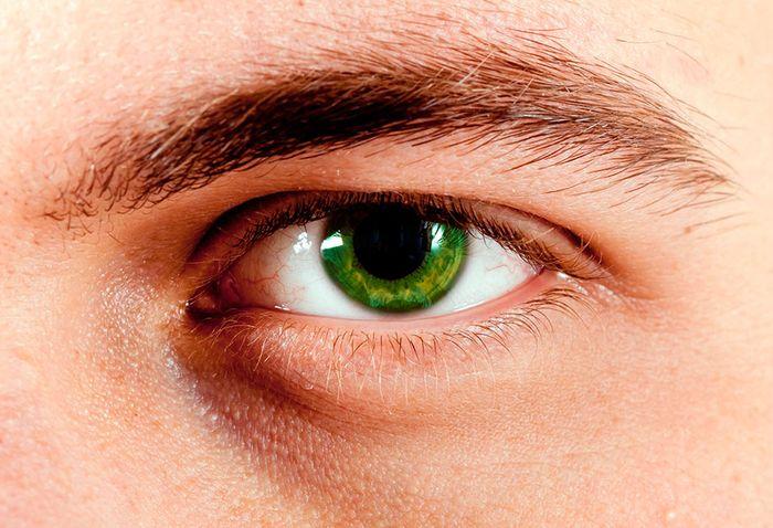 Зеленый глаз мужчины