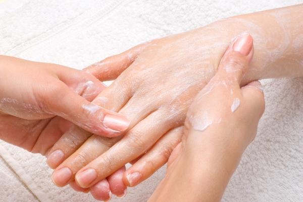 для профилактики трещин и шелушения нужно пользоваться увлажняющими кремами