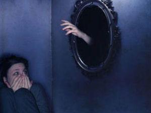 Я боюсь зеркал в темноте